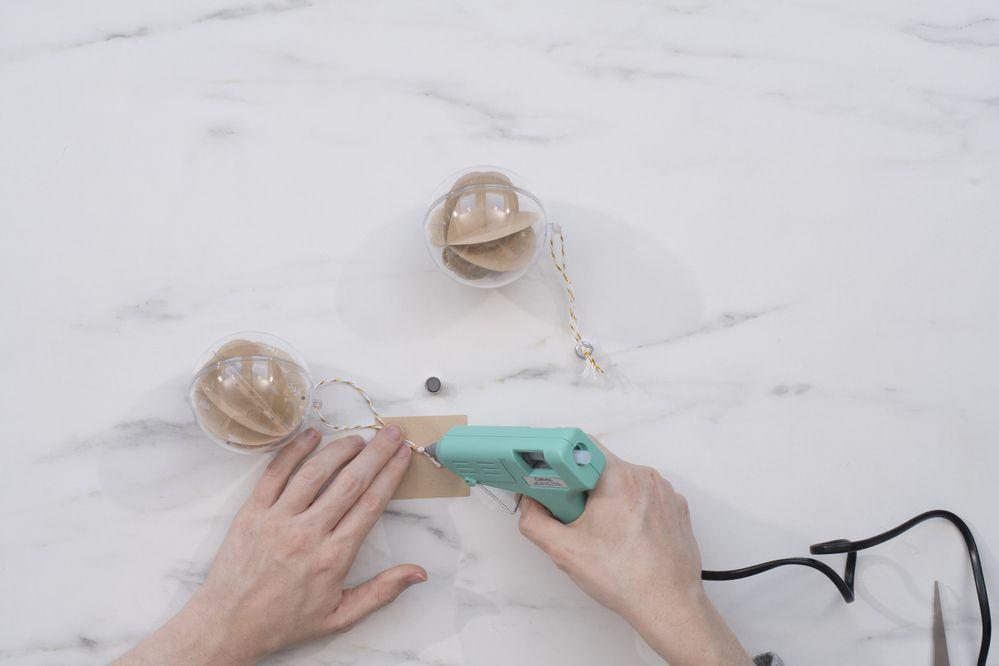 8 - Coller un aimant sur chacune des boules, à l'aide du pistolet à colle.