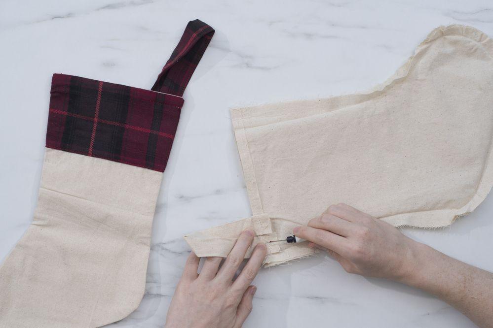 1.Retourner la chaussette beige et découdre la poignée pour suspendre à l'aide du découseur.