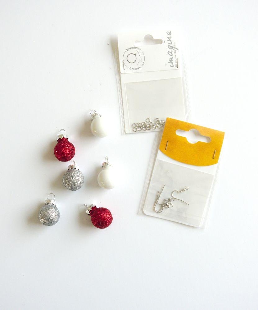Pour les boucles d'oreille, ouvrir un anneau avec les pinces à bijoux, puis enfiler le support à boucle d'oreilles et une mini boule de Noël dedns.