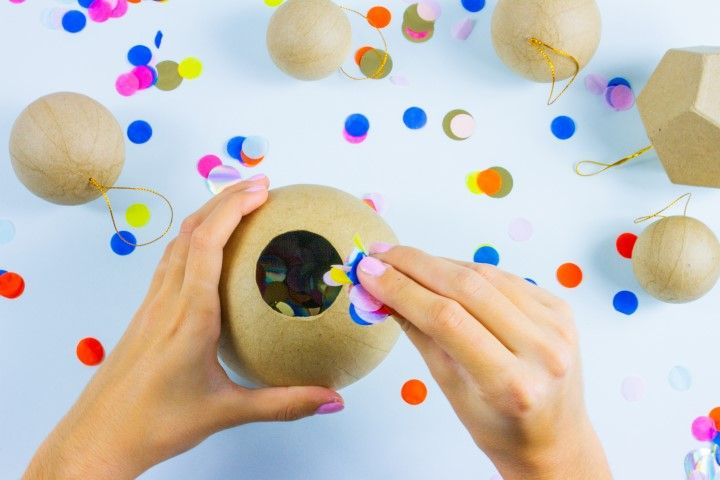 Etape 3 : Retournez ensuite la boule afin d'y mettre les confettis de la piñata, vous pouvez y rajouter des bonbons, des formes en papier découpé… Tout ce qui vous fait plaisir !