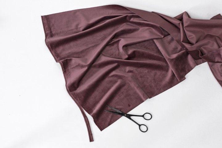 3. Utiliser la paire de ciseaux couture afin de découper des lanières dans la chute de velours.