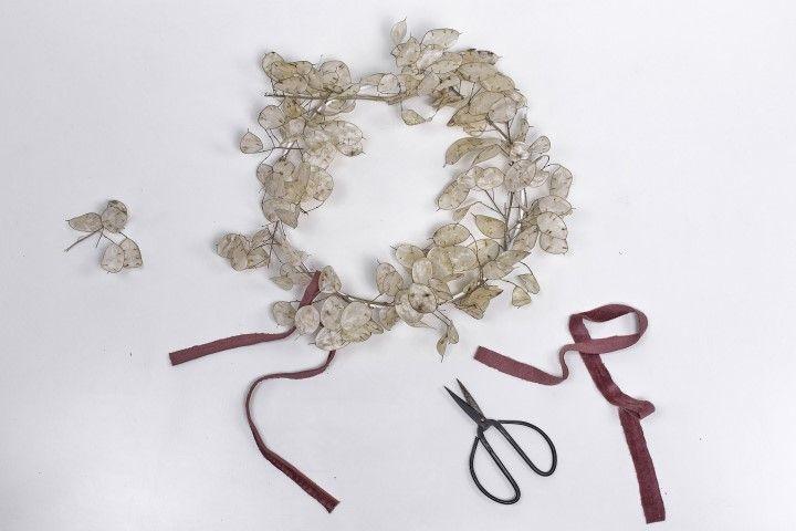 4. Nouer les lanières autour de la couronne, et ne pas hésiter à réaliser un noeud, afin d'y apporter une note de couleur.