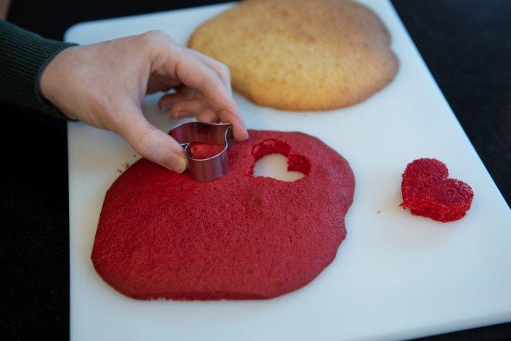 5. Couper des cœurs avec un emporte-pièces ou au couteau . Ils doivent faire la hauteur de la caissette à cup cake. Découper autant de cœurs rouges que de non colorés. Résever .