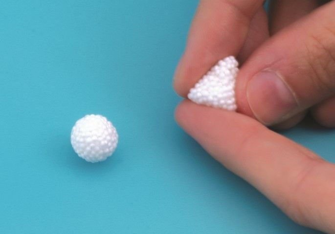 2. Faire 2 petites boules de Patabul' blanche. Les déformer pour faire des triangles.