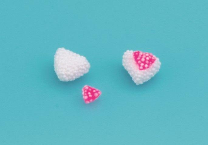 3. Faire de même avec 2 boules roses encore plus petites. Placer les petits triangles roses sur les blancs pour former les oreilles. 
