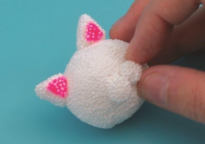 5. Faire 2 petites boules blanches et les placer sur la tête pour former le museau.
