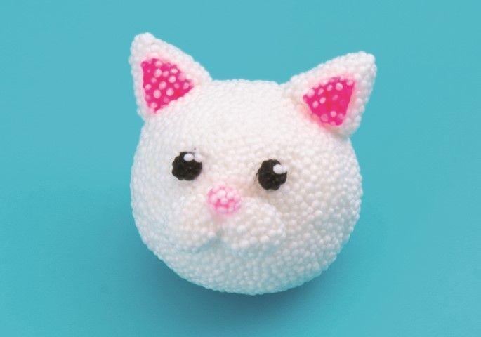 8. Mettre 2 toutes petites boules blanches, les placer sur les yeux pour faire l'éclat. 