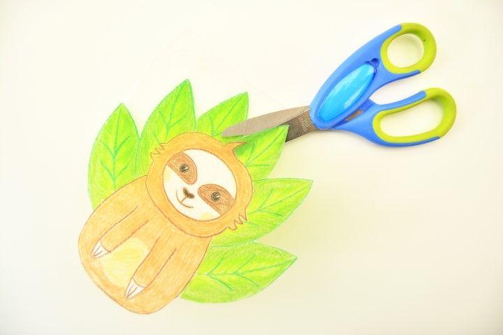 4. Pour créer un porte-clefs, un aimant ou une broche, découper le contour du paresseux.