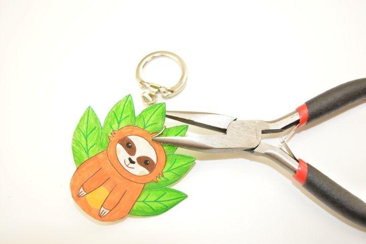 7. Insérer un porte-clefs à l'aide de la pince à bijoux pour finaliser la création. 