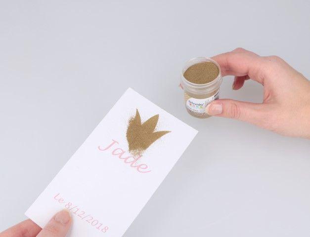 3. Saupoudrez l'impression avec la poudre à embosser dorée.