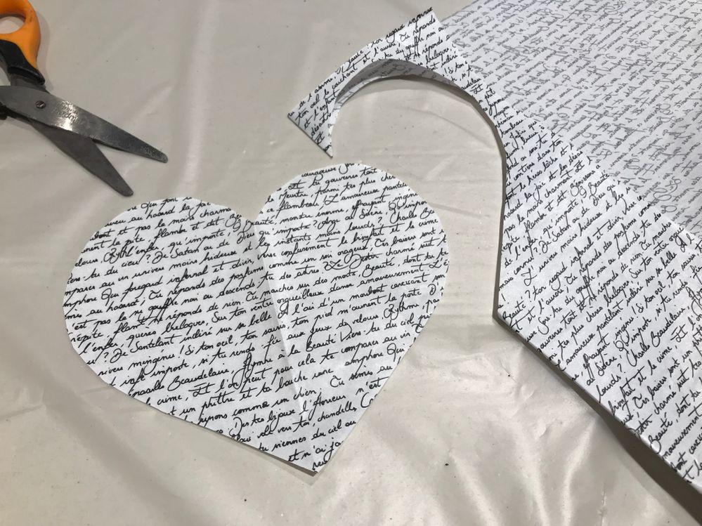 Découper un coeur d'environ 14 cm dans le papier décopatch puis un plus petit 3 cm . Plier en 2 le papier et découper une moitié de coeur au niveau de la pliure pour réaliser un coeur facilement