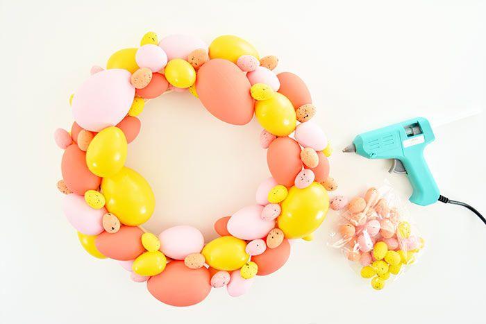 3. Poursuivre le collage avec les mini œufs décoratifs.