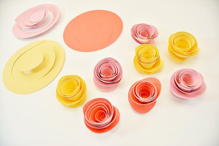 3. Créer une multitude de fleurs avec les papiers de la collection en suivant les étapes précédentes.