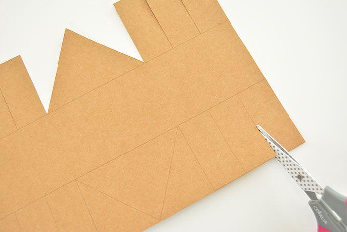 1. Télécharger le gabarit du panier et l'imprimer au dos d' un papier kraft imprimé préalablement découpé au format 21 x 29,7 cm. Découper le gabarit en suivant les tracés.