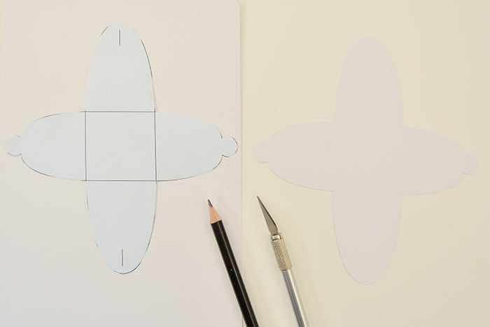 1. Télécharger le gabarit de l'emballage créatif, l'imprimer, le découper et le reporter au dos d'un papier 15 x 30 cm de la collection puis le découper et l'entailler comme sur le gabarit.