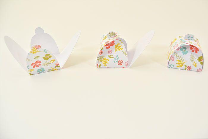 2. Marquer les plis de l'emballage, insérer un petit mot surprise ou un chocolat et refermer l'emballage. Répéter ces actions pour créer plusieurs emballages créatifs, sur différents papiers de la collection.