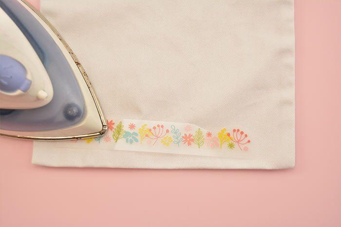 2. Repasser le motif puis retirer la pellicule : le motif est thermocollé sur le sac.