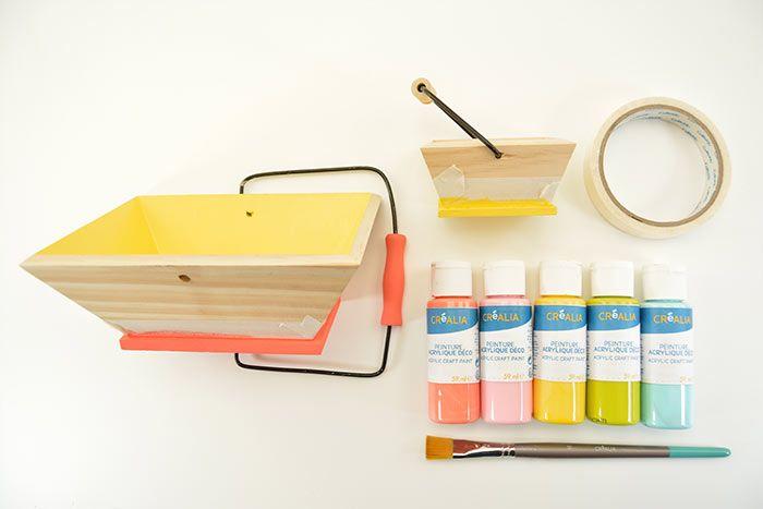 1. Peindre les paniers aux couleurs de la collection en laissant des zones de bois naturel. S'aide de ruban de masquage pour délimiter les zones à peindre. Laisser sécher.