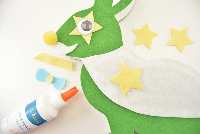 2. Coller la cape pailletée et l'embellir d'étoiles.