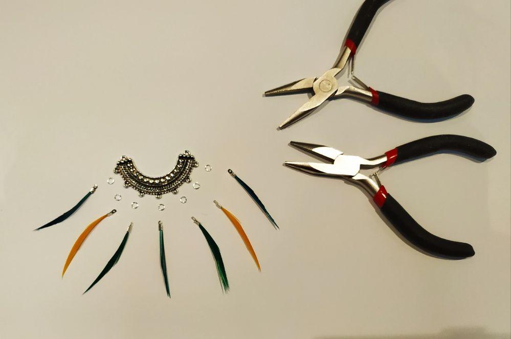Première étape : assembler vos plumes avec un anneau.