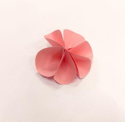 Dépliez votre fleur, en collant les deux côtés où l'on voit les agrafes. Puis bombez les pétales et donnez forme à votre fleur.