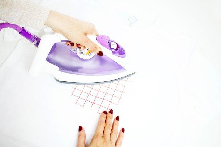 4. Appuyer le fer à repasser pendant une vingtaine de secondes sur les différentes zones du motif