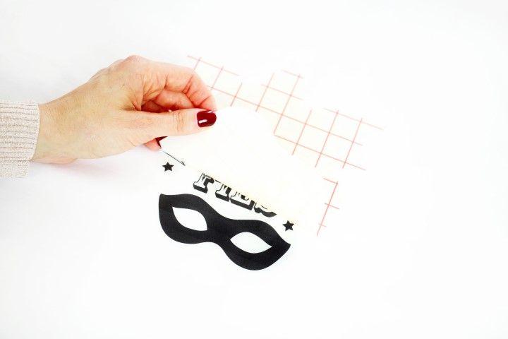 5. Laisser un peu refroidir et enlever le papier quadrillé délicatement