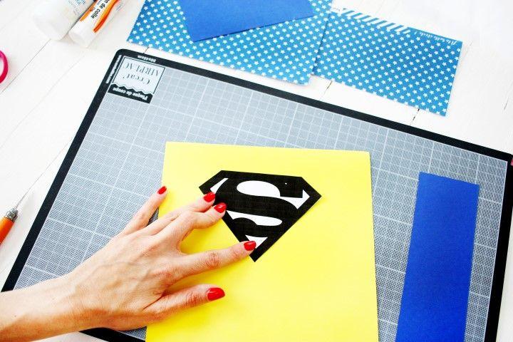 3. Découper l'écusson du super-héros dans le gabarit et découper la forme générale dans le papier jaune.