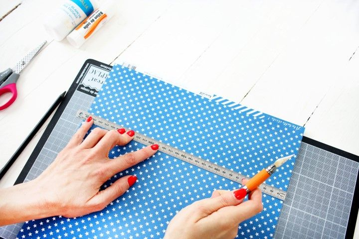 1. Dans le papier à pois bleus découper un rectangle de 210x296 mm.