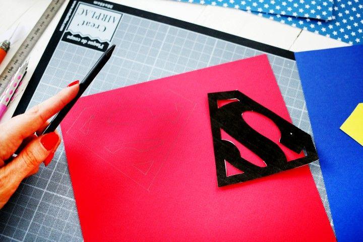 5. Reporter le gabarit de l'écusson sur le papier rouge et découper.