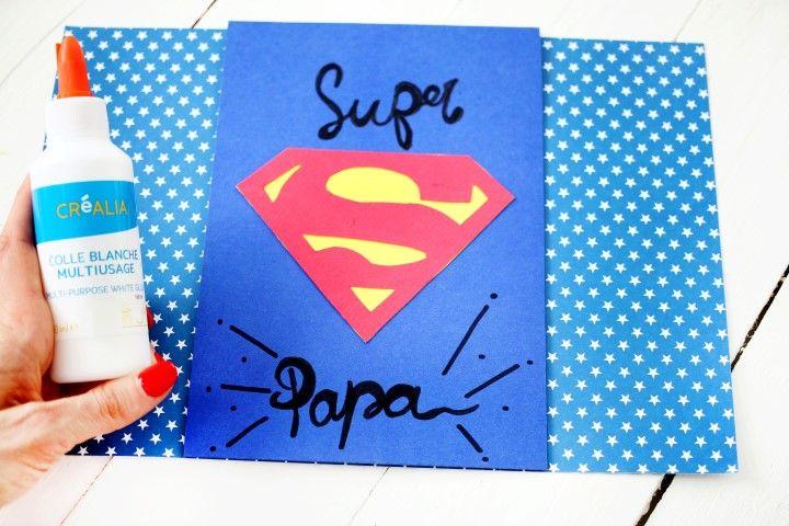8. Coller le papier bleu au centre du papier à pois.