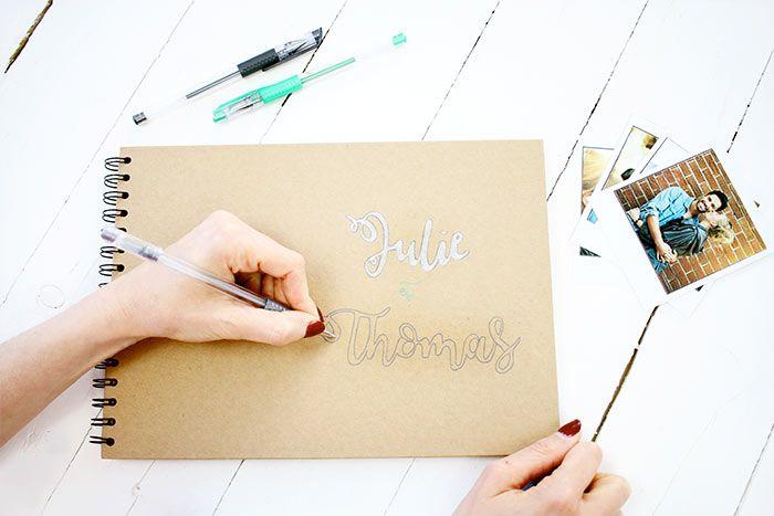 1. Écrire sur la couverture les prénoms avec un crayon à papier puis les colorier avec les stylos métalliques.   Astuce : Aidez-vous d'un gabarit réalisé avec une jolie police à imprimer, décalquer et reporter sur le carnet si besoin.