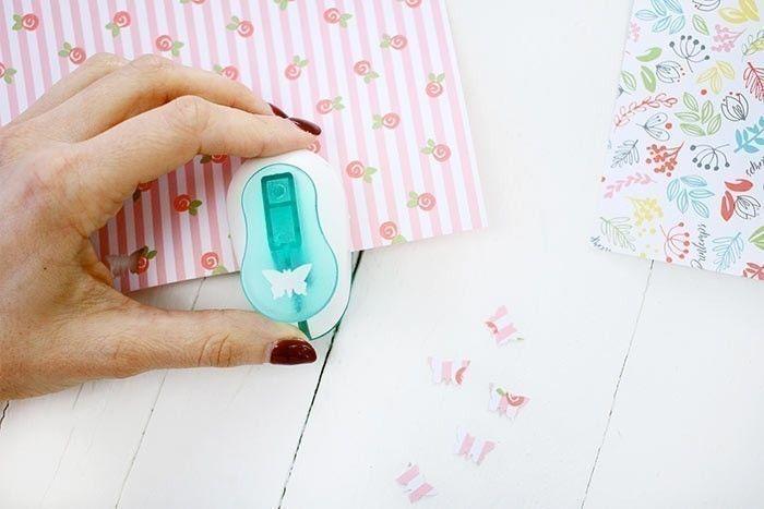 4. Dans un papier à motif, perforer des papillons et récupérer les éléments.