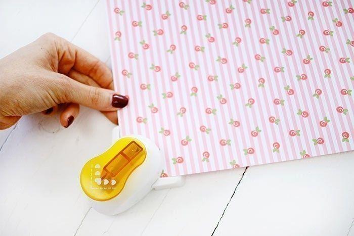 2. Avec la perforatrice d'angle à coeurs, perforer les quatre coins de la feuille.