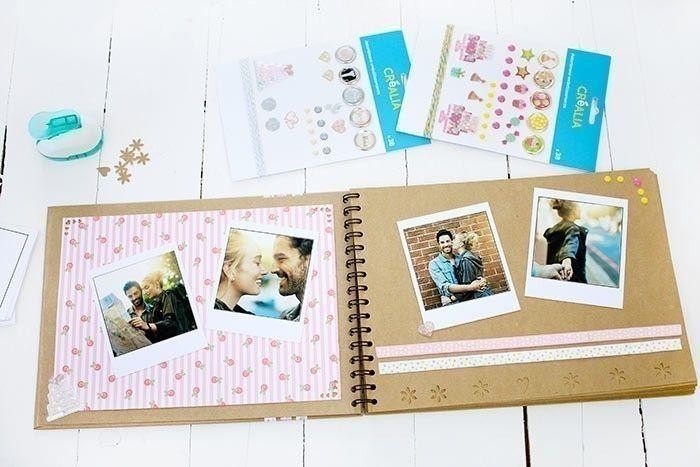 5. Décorer les pages avec les photos et les stickers.