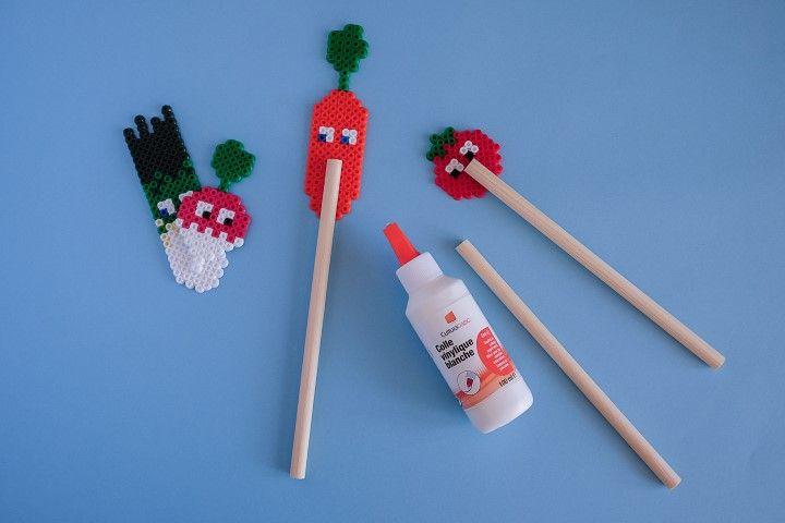 5. Coller un bâton en bois au dos de chaque légume avec un point de colle vinylique.