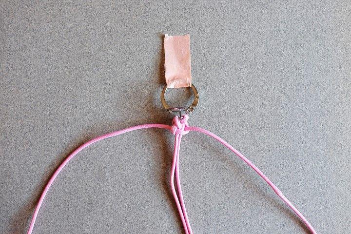 5. Tirer les deux fils extérieurs pour serrer le noeud autour des fils centraux.