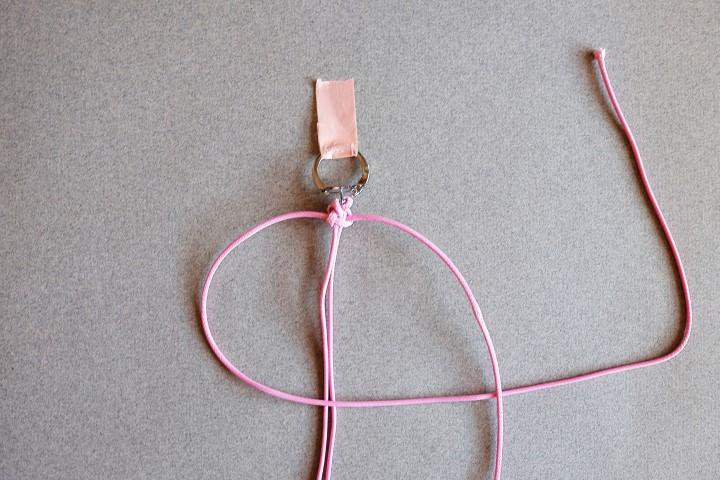 6. Refaire la même chose, en commençant par le côté opposé.  Placer le fil de gauche au-dessus des deux fils centraux et en dessous du fil de droite.