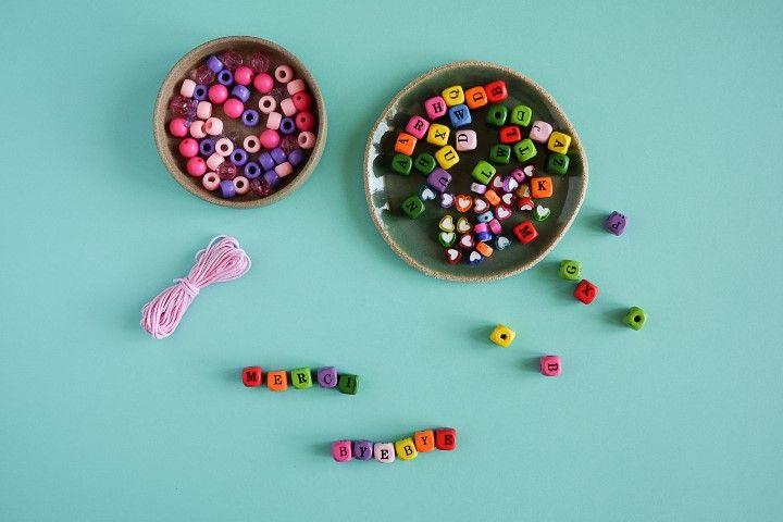 1. Ecrire un mot ou un prénom avec les perles en bois alphabet.