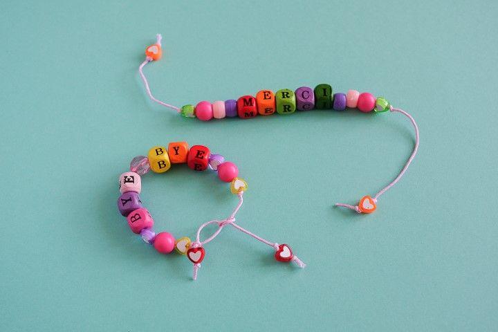 Terminer les bracelets en plaçant une petite perle coincée entre deux noeuds, sur les deux extrémités du bracelet.  Il pourra être fixé au poignet en faisant un double noeud à la taille souhaitée.