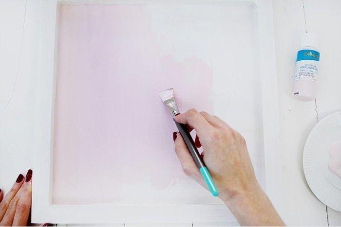 3. Peindre le fond du cadre en rose. Laisser sécher.