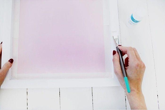 5. Peindre les bords du cadre en blanc et laisser sécher.