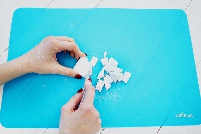 6. Couper la pâte Fimo® blanche en morceaux.