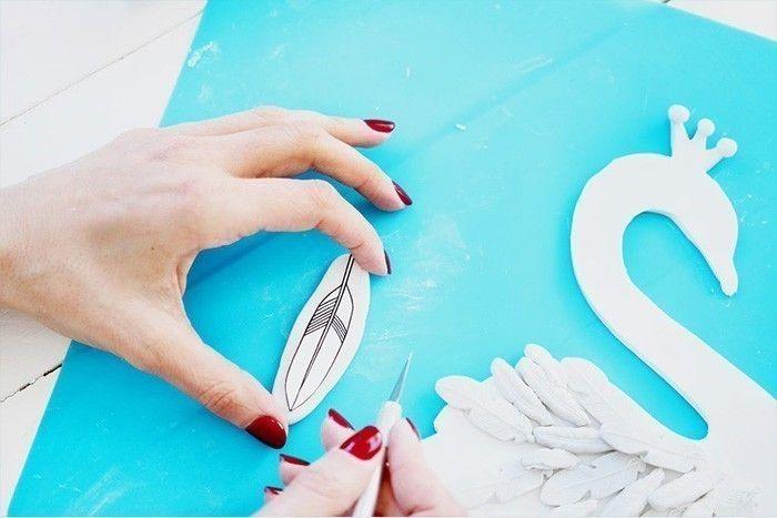 13. Faire des plumes plus grandes à l'aide du gabarit : étaler la pâte, placer le gabarit et découper à l'aide du cutter.Les placer avec les autres plumes sur le cygne.