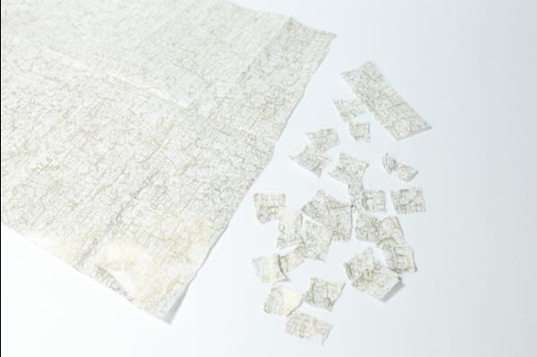 1. Déchirer des petits morceaux de papier décopatch®.