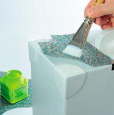 4. Poser un premier morceau de papier découpé puis appliquer le vernis-colle du centre vers l'extérieur pour lisser le papier décopatch®.