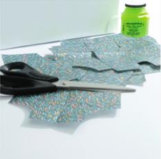 2. Découper des petits morceaux de papier décopatch®.