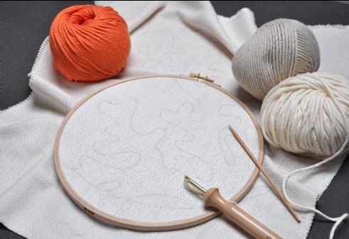 1. A l'aide d'un crayon, tracer un cercle de 35cm de diamètre et reporter le motif sur la toile à l'aide d'un calque ou d'un papier carbone. Placer la toile dans un tambour à broder, en prenant soin de bien la tendre.