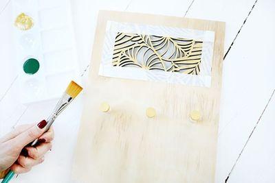 ETAPE 5/8 Placer du ruban de masquage sur toutes les parties dorées.