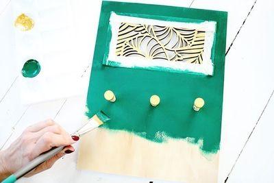 ETAPE 6/8 Peindre en vert foncé le reste du support à l'aide d'un pinceau plat.
